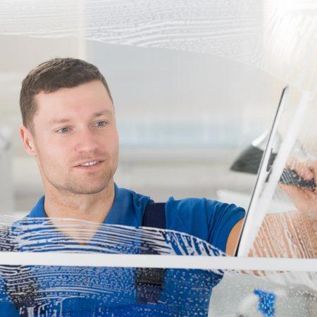 Fensterputzer Buchholz in der Nordheide bei der täglichen Glasreinigung.